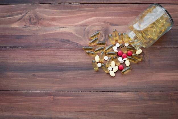 Concetto di medicina su sfondo di legno.
