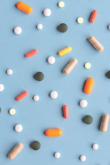 Concetto di medicina. vista dall'alto su diverse pillole.