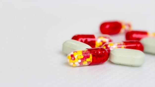 Concetto di medine; fuoco selettivo delle pillole antibiotiche delle capsule su fondo bianco con lo spazio della copia.