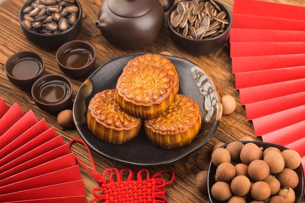 Concetto di mid-autumn festival, mooncakes tradizionali sul tavolo con tazza da tè.