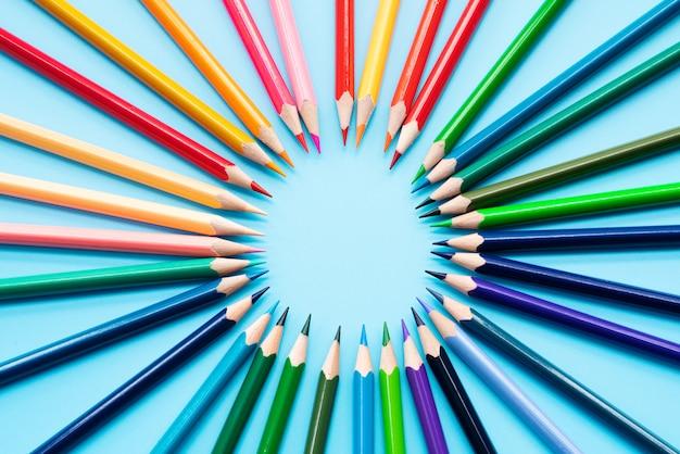Concetto di missione, un gruppo di matite colorate condivide l'idea per completare la missione