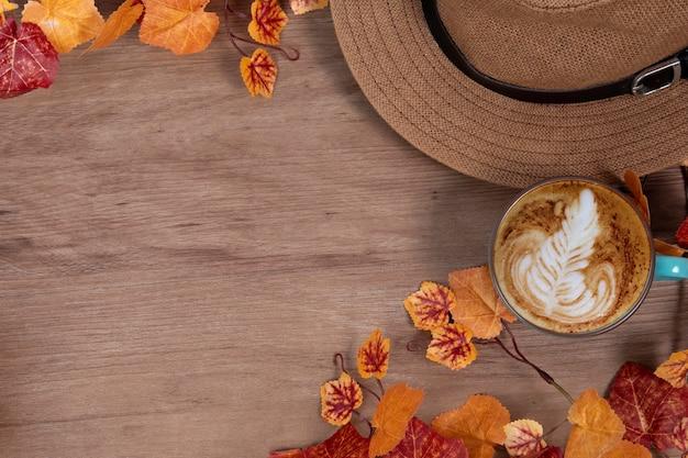 Concetto di moda autunno con tazza di caffè sul posto di lavoro