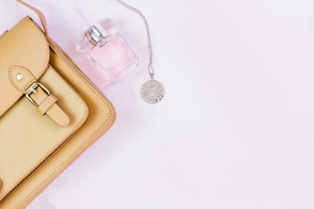 Concetto di moda: borsa da donna con cosmetici, accessori su sfondo bianco. vista piana, vista dall'alto