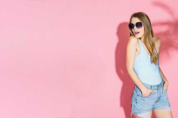 Concetto di modello con copyspace e ragazza che indossa occhiali da sole