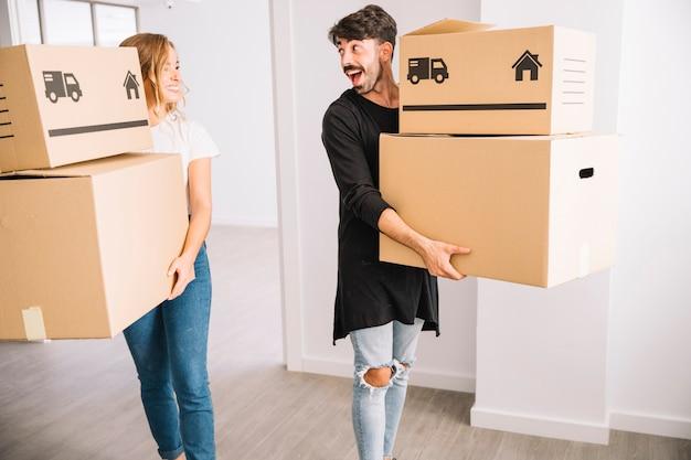 Concetto di movimento con giovane coppia