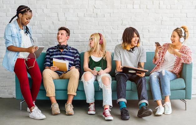 Concetto di musica di spettacolo degli amici degli studenti di diversità