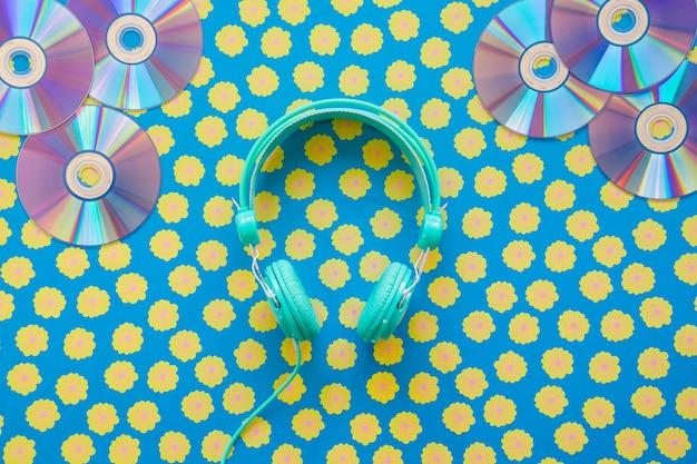 Concetto di musica vintage con cuffie e cd