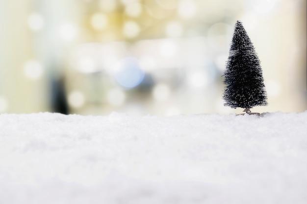 Concetto di natale. decorazione natalizia, cono di pino sulla neve con lo sfondo del cielo. messa a fuoco morbida, luce lenta (messa a fuoco selettiva).