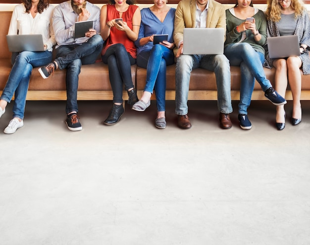 Concetto di navigazione dei dispositivi di digital del collegamento della gente di diversità