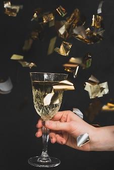 Concetto di nuovo anno con elegante bicchiere di champagne