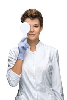 Concetto di optometria - la giovane donna graziosa chiude l'occhio