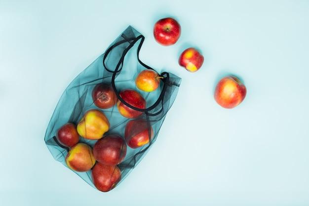 Concetto di packaging ecologico sostenibile: fare la spesa con una borsa multiuso per ridurre l'impronta ecologica