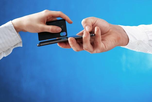 Concetto di pagamento elettronico senza contatto e ordinazione di beni e servizi a casa mediante applicazioni su un telefono cellulare