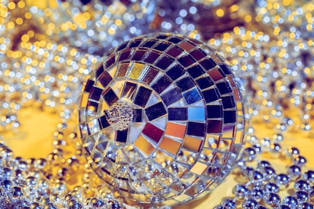 Concetto di palla da discoteca, isolato su sfondo giallo