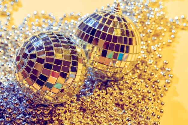 Concetto di palla da discoteca. isolato su sfondo giallo