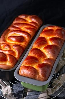 Concetto di panetteria alimentare brioche al forno fresco intrecciato