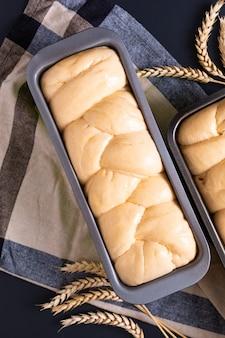 Concetto di panetteria cibo fare pane dought per brioche pane intrecciato pagnotta con spazio di copia