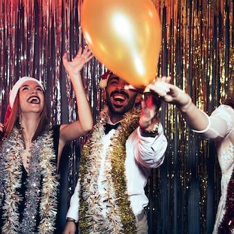 Concetto di partito di nuovo anno con gli amici che celebrano