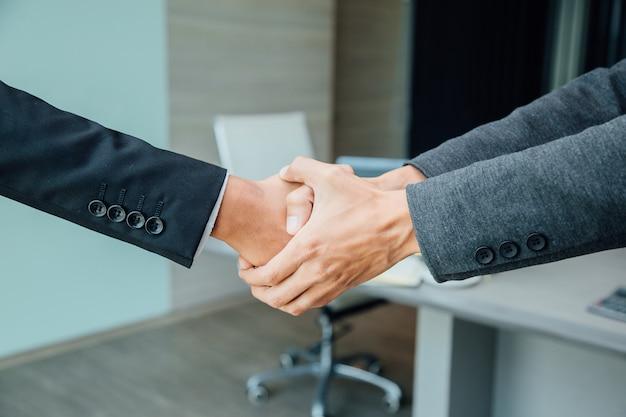 Concetto di partnership - business partner handshake leadership imprenditoriale di successo.