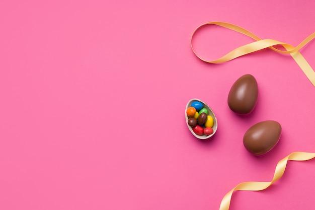 Concetto di pasqua brillante con cioccolato