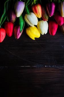 Concetto di pasqua con tulipani e uova