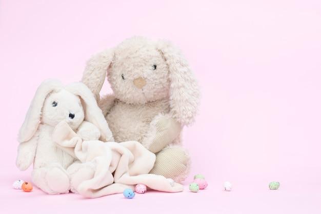 Concetto di pasqua, coniglietti su uno sfondo rosa