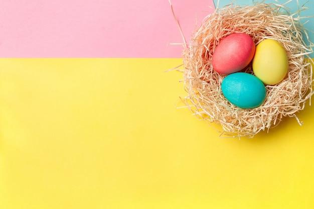 Concetto di pasqua. uova colorate su sfondo colorato luminoso con copia spazio per il testo. vista dall'alto verso il basso o disteso