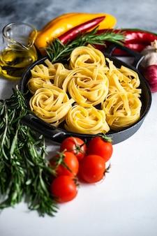 Concetto di pasta e ingredienti