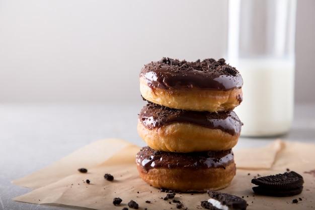 Concetto di pasticcini ciambelle con glassa al cioccolato e biscotti al cioccolato