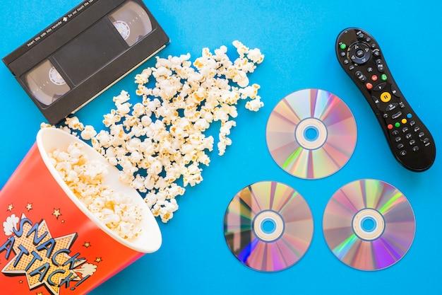Concetto di pellicola con popcorn e cd