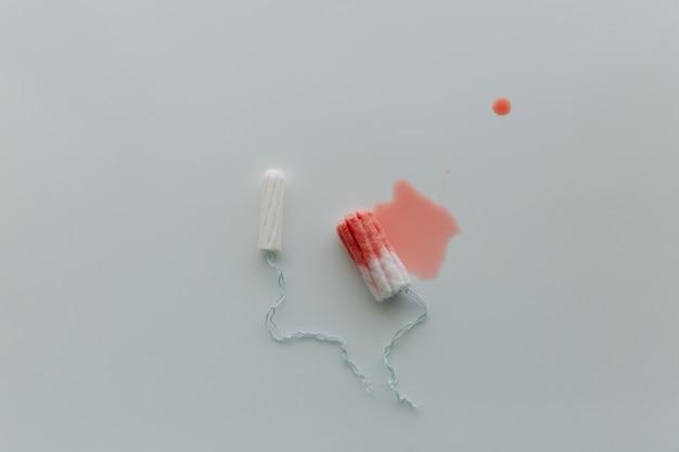 Concetto di periodo mestruale. protezione igienica della donna. tampone di cotone su sfondo bianco. vista dall'alto. spazio per il testo