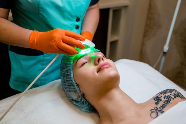 Concetto di persone, bellezza, trattamento cosmetico, cosmetologia e tecnologia