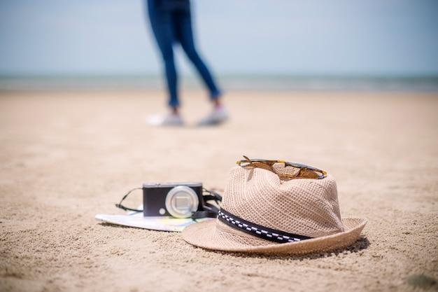 Concetto di persone in viaggio giovane felice asiatico gril in spiaggia