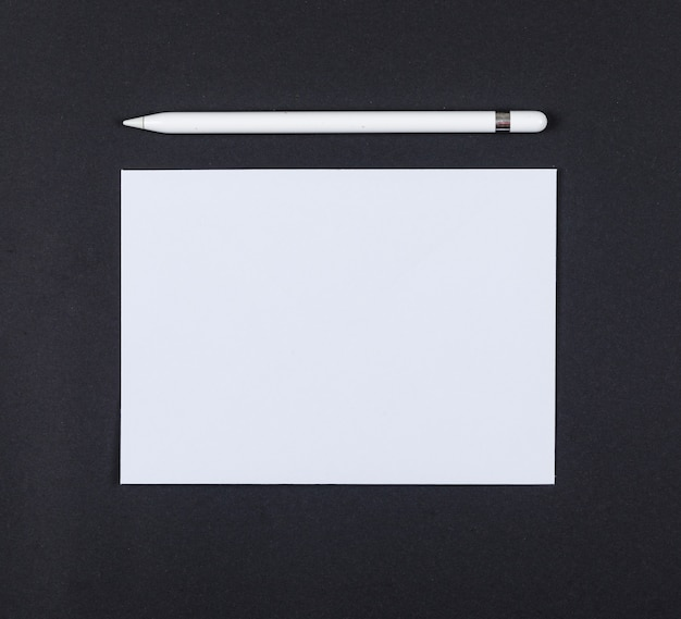 Concetto di pianificazione con la matita, carta sulla vista superiore del fondo nero. spazio per il testo. immagine orizzontale