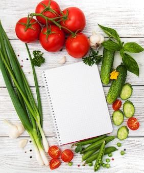 Concetto di pianificazione della ricetta con verdure crude e ingredienti