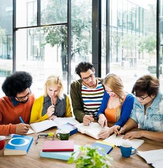 Concetto di pianificazione di discussione di idee di riunione della squadra