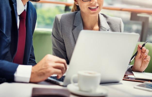 Concetto di pianificazione di idee della squadra dei colleghi di analisi commerciale