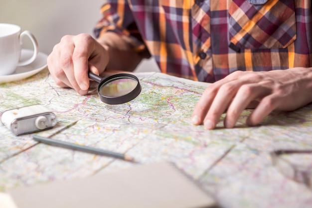 Concetto di pianificazione di viaggio sulla mappa.