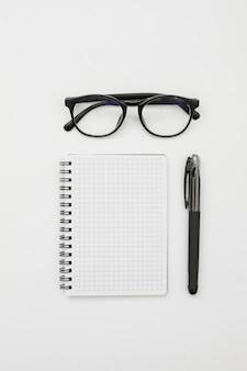 Concetto di piatto laico scrivania con blocco note