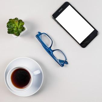 Concetto di piatto laico scrivania con modello di smartphone