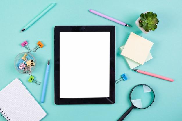 Concetto di piatto laico scrivania con modello di tablet