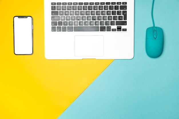Concetto di piatto laico scrivania con smartphone mockup