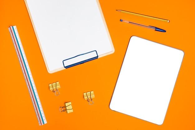 Concetto di piatto laico scrivania con tablet mockup