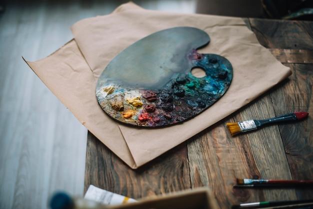 Concetto di pittura con tavolozza dei colori