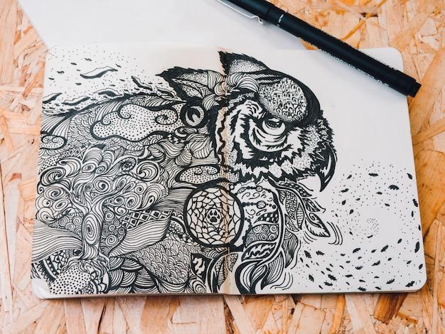 Concetto di pittura. concetto di pittura. disegno di una bella piuma di pavone.