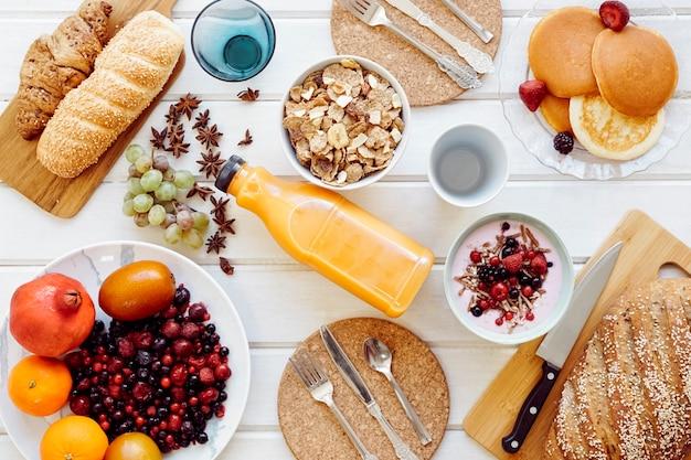 Concetto di prima colazione sana con succo di frutta