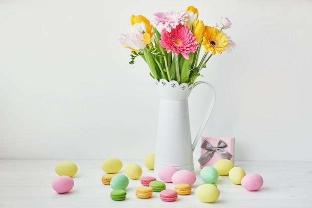 Concetto di primavera e pasqua. uova di pasqua e fiori
