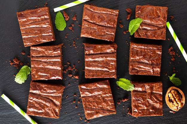 Concetto di prodotti da forno fatti in casa da forno vista dall'alto di brownies biologici sul bordo di ardesia nera