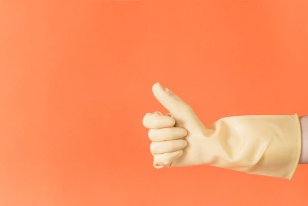 Concetto di pulizia con la mano facendo pollice in alto