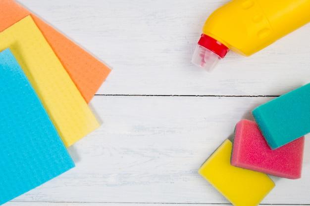Concetto di pulizia con spazio di copia. set di prodotti per la pulizia: spugna, tovagliolo, bottiglia di detersivo liquido